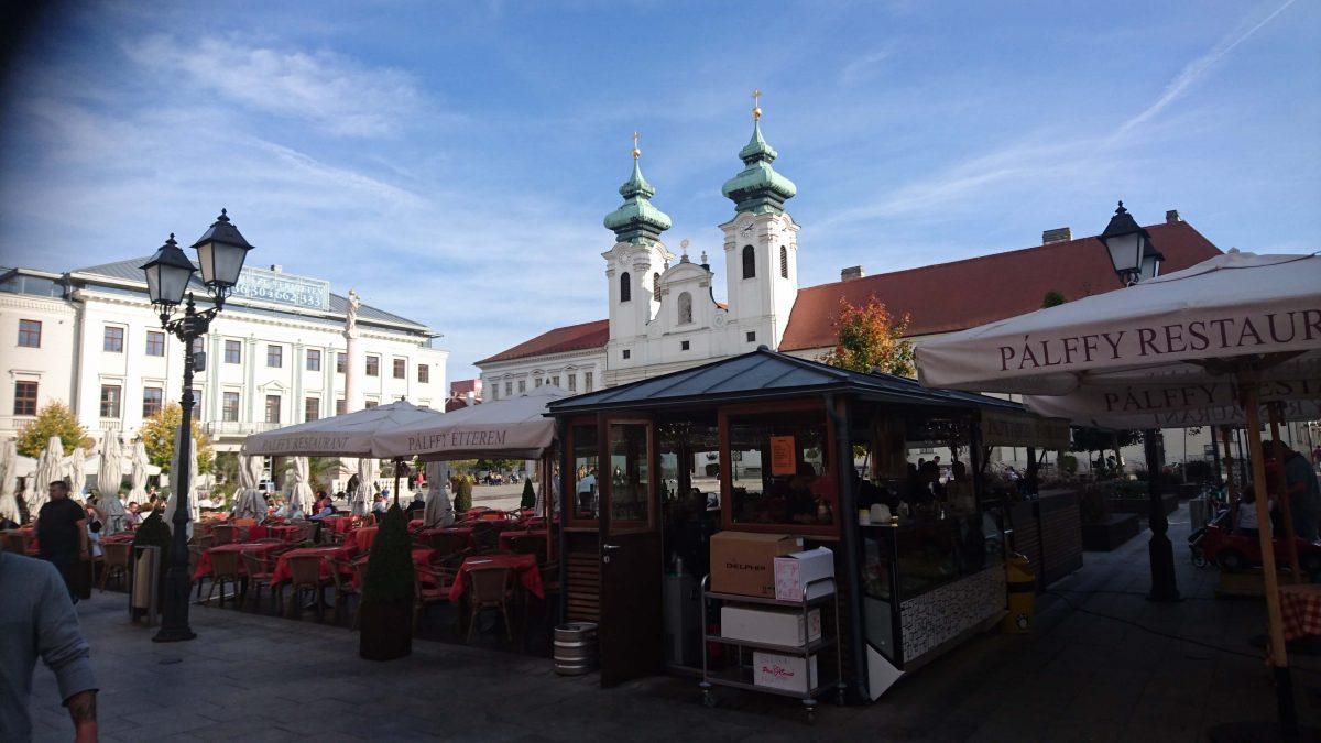 Szechenyiplatz mit der Benediktinerkirche